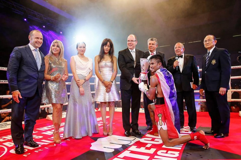 Buakaw receives cup